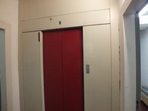 Des plaques contenant de l'amiante (type Pical), se trouvent derrière les portes palières de cet ascenseur.
