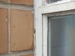 Mastic contenant de l'amiante entre mur et châssis