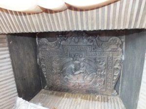 Les plaques à l'intérieur de ces cheminéescontiennent de l'amiante.