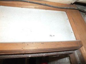 Plaque de Pical au-dessus d'une porte