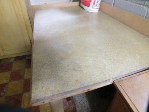 Tables avec panneau contenant de l'amiante