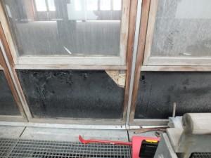 L'isolant derrière ces allèges de fenêtre contient de l'amiante