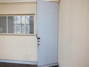 Porte habillée d'un panneau de type amianteciment