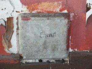 Regard de cheminée contenant de l'amiante