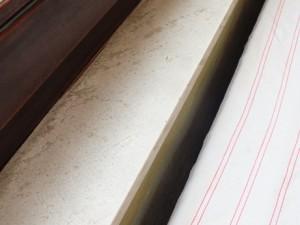 Appuis de fenêtre de différentes teintes contenant de l'amiante (de type massal)